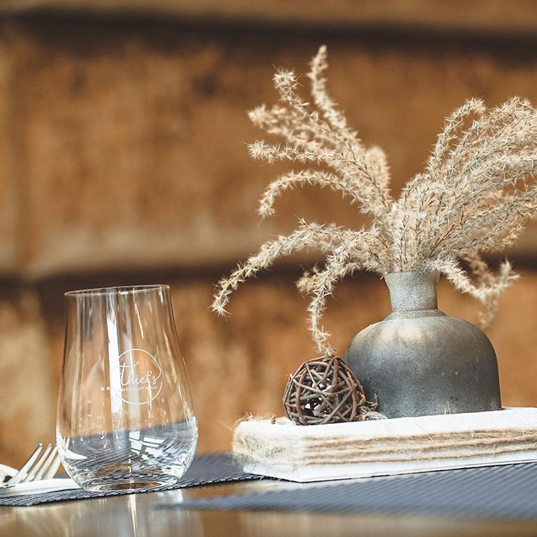 Glas und Vase auf einem Tisch